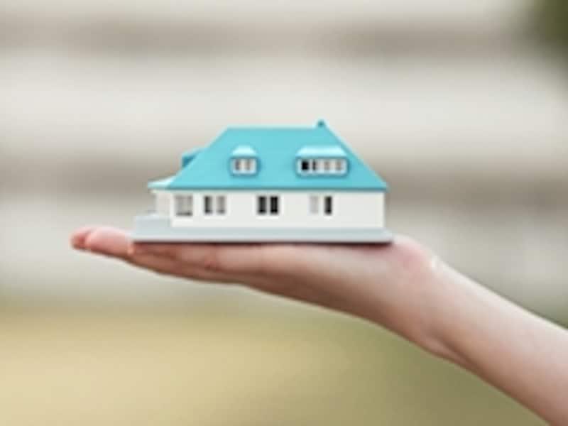 家の模型を持つ手