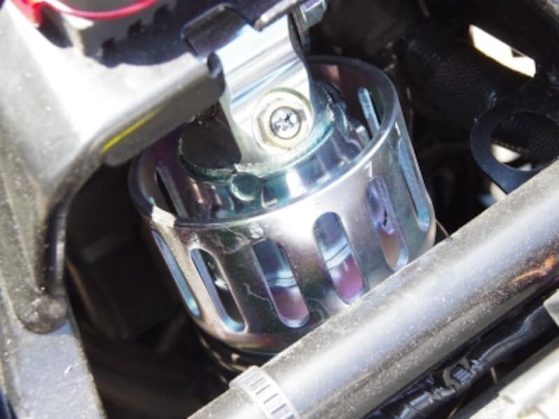 Vストローム250のシートを外すとサスペンションの頭が見える。この部分でプリロードの調整が可能です