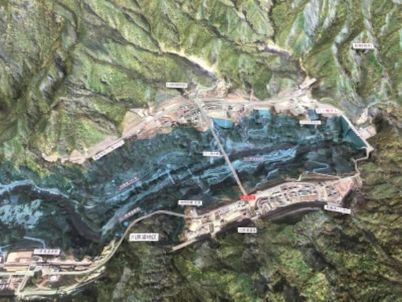 ダムが完成すると湖底に沈む地区の模型の一部