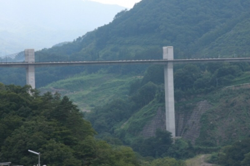 ダムの工事現場から見える八ッ場大橋欄干のライン