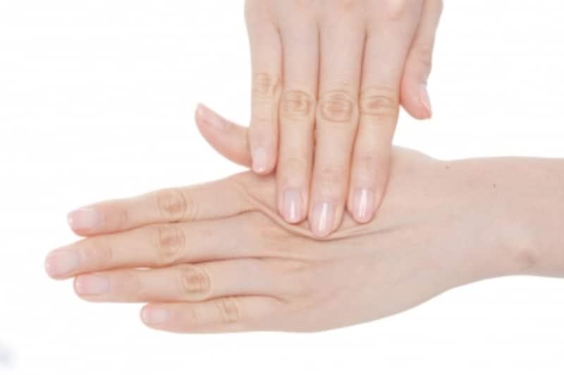 頭皮に指をしっかりと密着させ、地肌を動かすイメージで