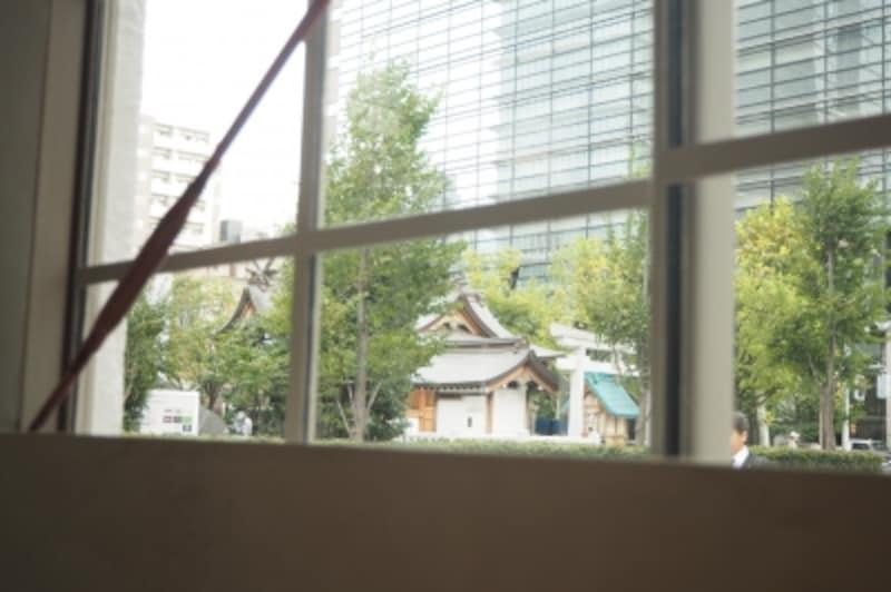 窓の外には神社が見えます。
