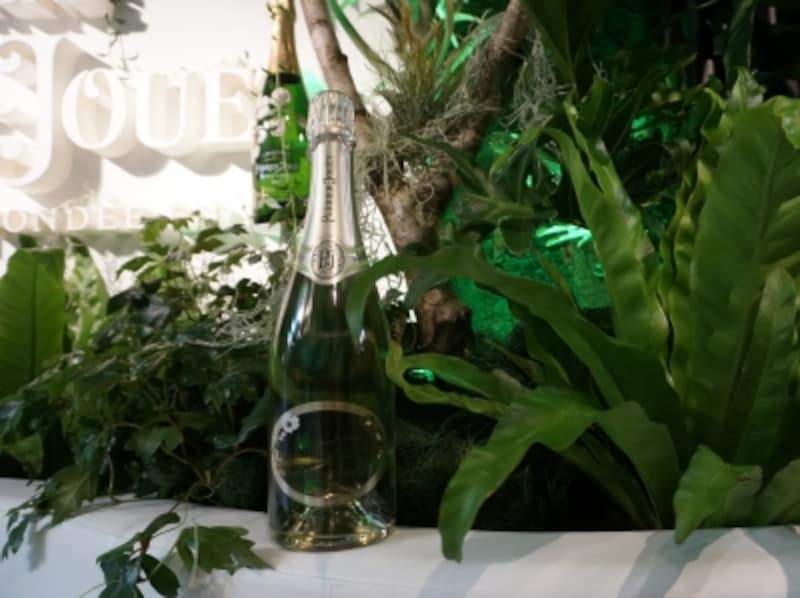 「ペリエジュエundefinedブラン・ド・ブラン」緑の中で写しているので緑色に見えますが、透明なボトルです