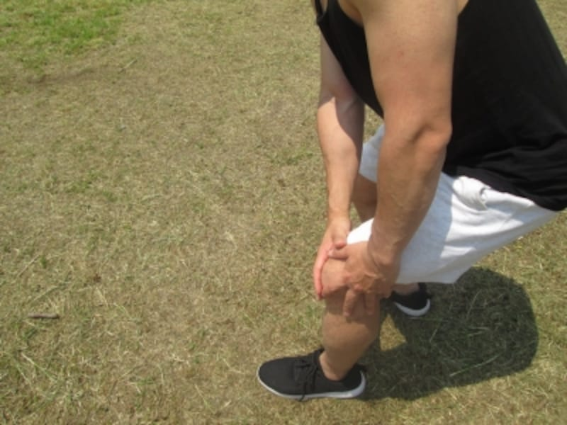 膝が痛い男性