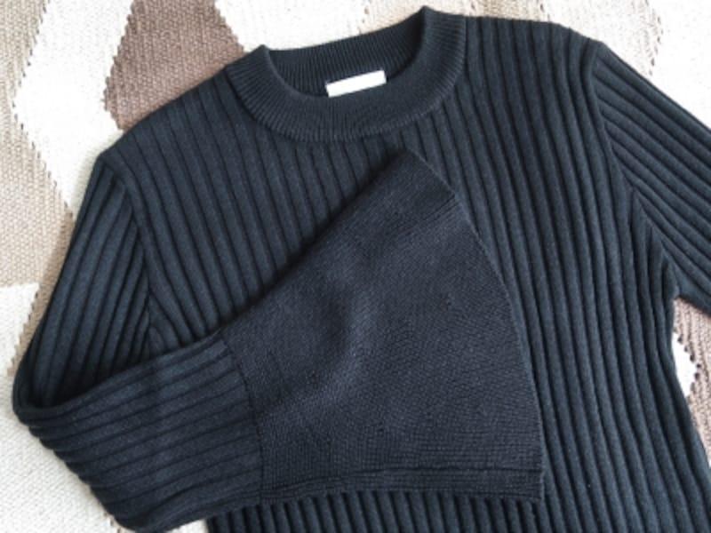 スリーブ部分で編み目が切り替わっているこだわりのディテール
