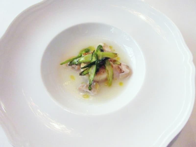 カノビアーノ蛤とカリフラワーのスープ、ホタテ貝とグリーンアスパラのソテー