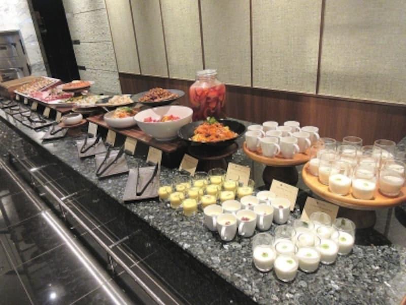 カナデテラス前菜のブッフェ台