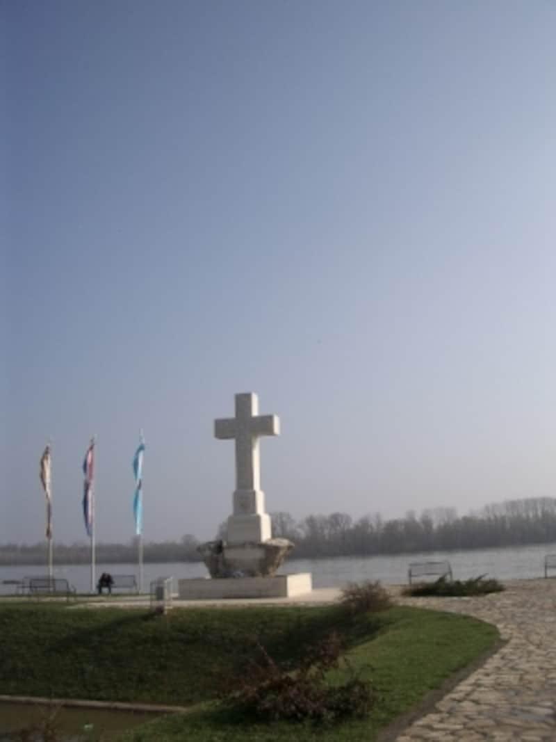 ドナウ川を挟んだクロアチアの国境のまち、ブコバル