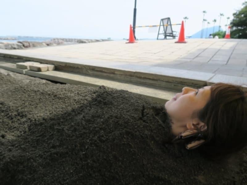 砂湯体験中