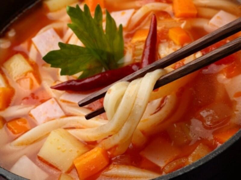 生姜と赤唐辛子でポカポカ。野菜たっぷりピリ辛トマト鍋うどん