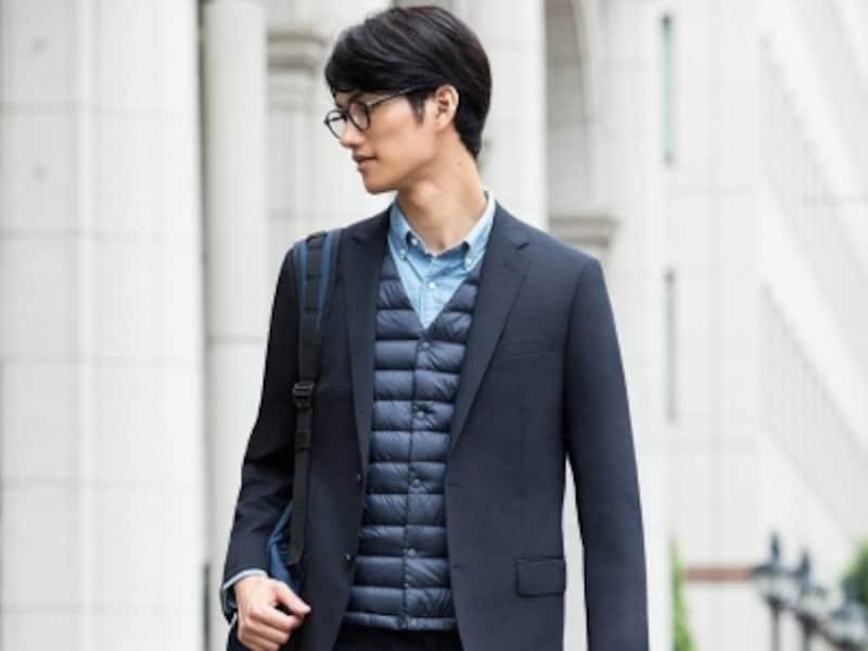 ダークカラーのコートに合わせるならばインナーダウンなど着こなしで差別化する。画像はジャケットに合わせていますが、チェスターコートに合わせることでより映えます。