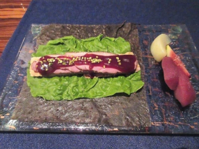 チャイナブルー鴨肉と湯葉、パインの自家製クレープ包み