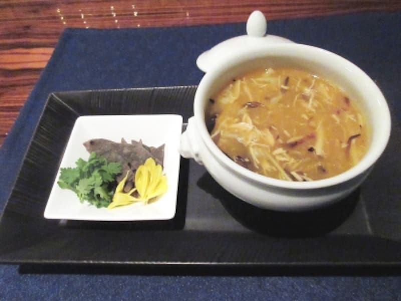 チャイナブルー烏骨鶏とナマコ、浮き袋のとろみスープ