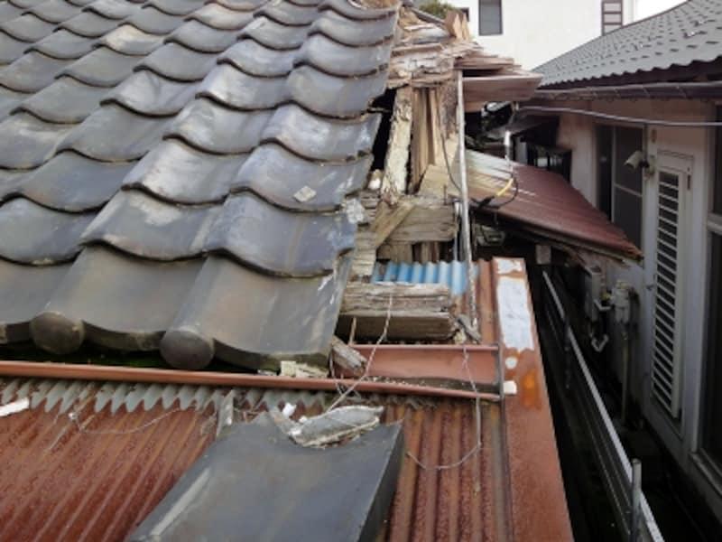 破損が進んだ空き家の屋根