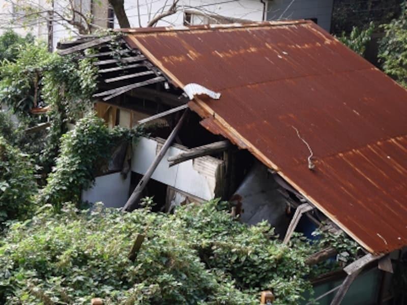 破損が進んだ放置空き家