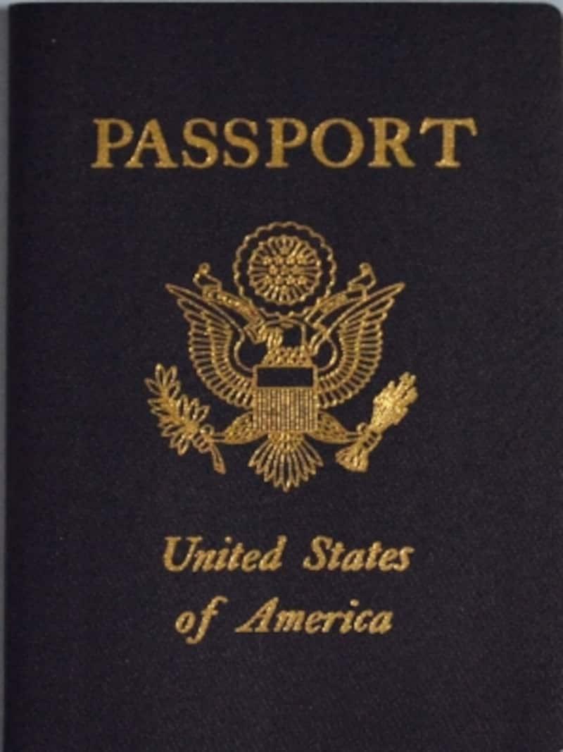 これがアメリカのパスポート。色やデザインは各国それぞれ