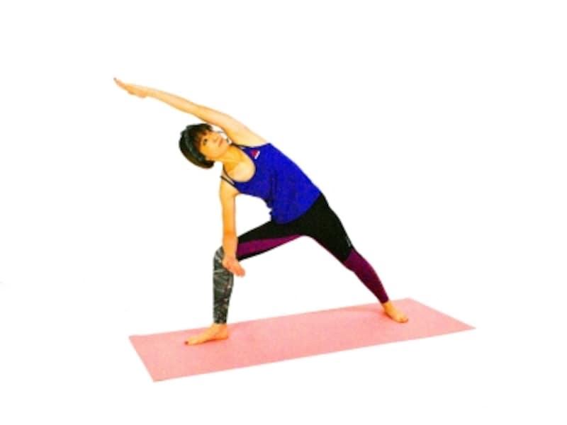 ウッティタ・パールシュヴァコナーサナ4undefined左手は腰のあたりから伸びるイメージで、気持ちよく左脇腹を伸ばしましょう。