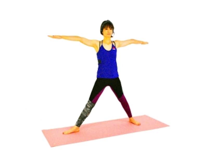 シャンティ・ヴィラバドラーサナ1undefined両手を肩の高さに伸ばし、両足を大きく開く
