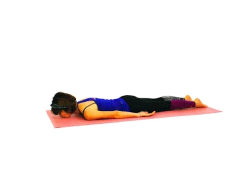 ブジャンガーサナ1undefined床にうつ伏せになり腰が反らないようにおへそを床につける意識を持ちましょう