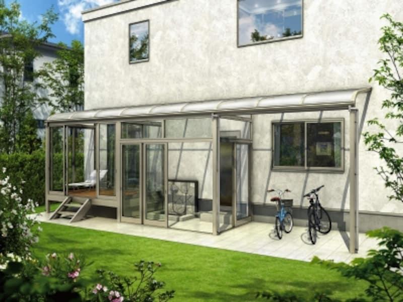 テラスを活用した囲い空間は、住まいの内と外をつなぐ空間。家事スペースとしても活用しても。[サンフィール3テラス囲いスタンダードタイプ床納まり+土間納まりアール型屋根ふき材:ポリカ(トーメイマット)部分囲いH2]YKKAPhttp://www.ykkap.co.jp/