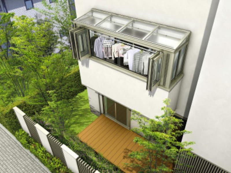 風が強い日や雨の日でも、洗濯物を干すことが可能。正面、側面とさまざまな開口バリエーションが揃う。[サンフィール3躯体式バルコニー囲いフラット型屋根ふき材:ポリカ(トーメイマット)エアールーバー天井カーテン付(開)H2] YKKAP https://www.ykkap.co.jp/