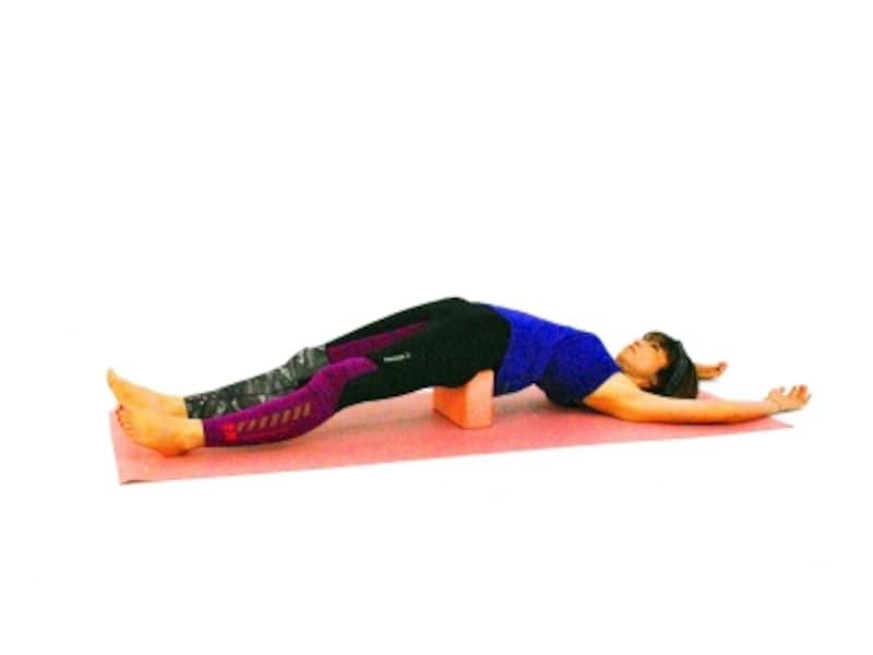 リストラクティブ3(セツバンダーサナ)両手足を伸ばし、リラックス