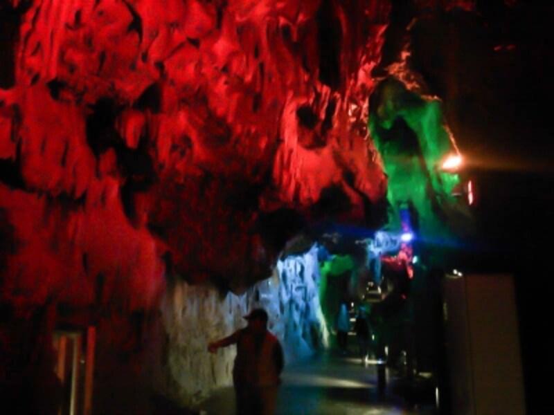 龍泉洞(7)/月宮殿を彩るカラフルなライトアップ