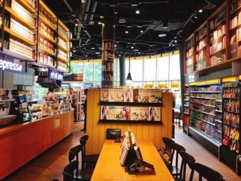 サンドウィッチやドリンクなどをその場で食べられるカフェスペースもあり。お菓子を買ってちょっと試し食べ。美味しかったら、いくつか買う、という手もアリですね