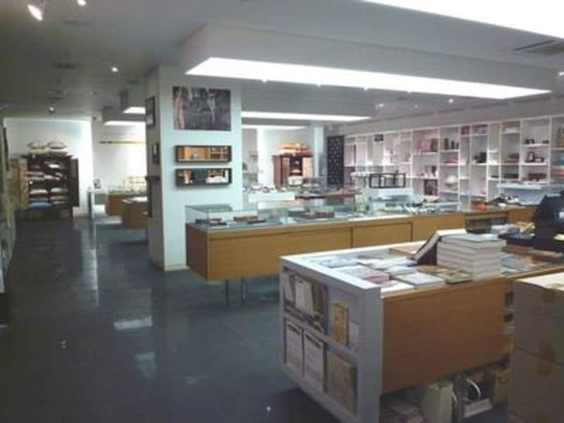 ミュージアムショップは意外といいお土産が見つかる場所。自分用にとっておきのお土産を!