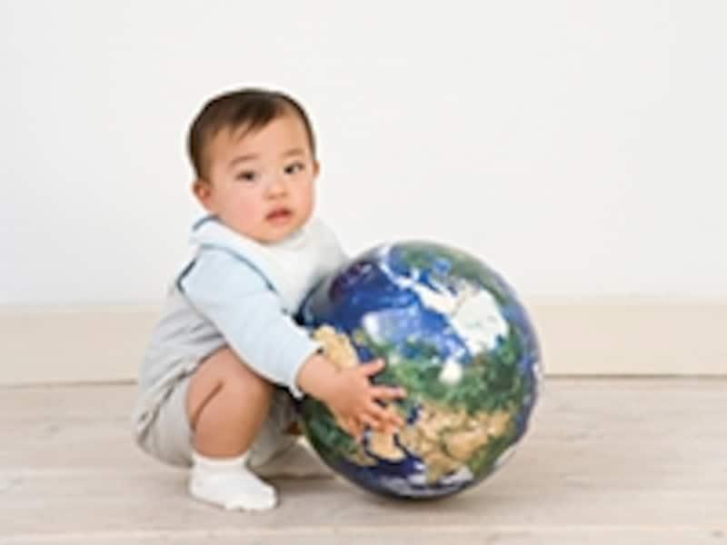 地球の模型を抱えた赤ちゃん