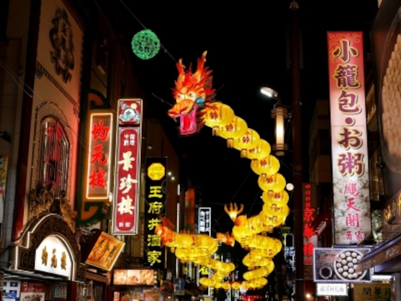 春節までの期間点灯する「春節燈花」。中華街大通りには、全長約80mの龍のランタン「百節龍」が初めて登場(2017年11月5日撮影)