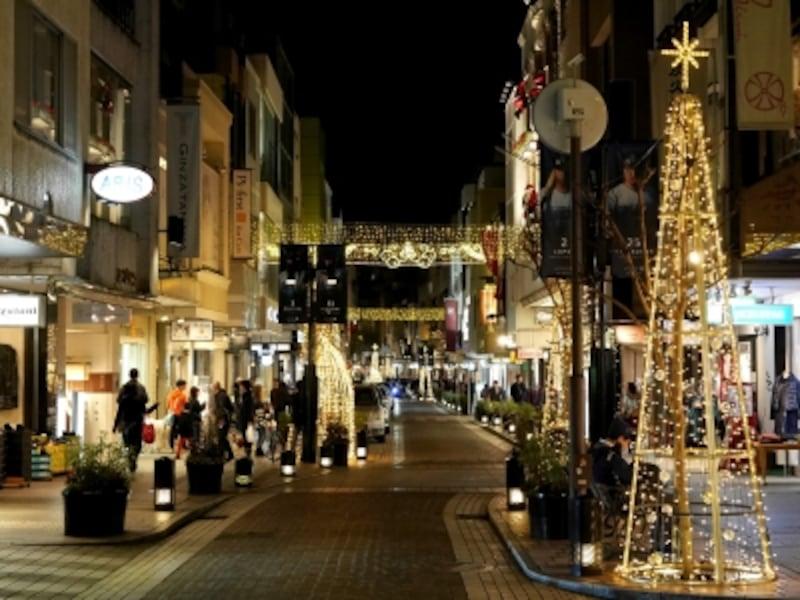 元町ショッピングストリート全体がイルミネーションで輝く風景は冬の風物詩(2017年11月7日撮影)