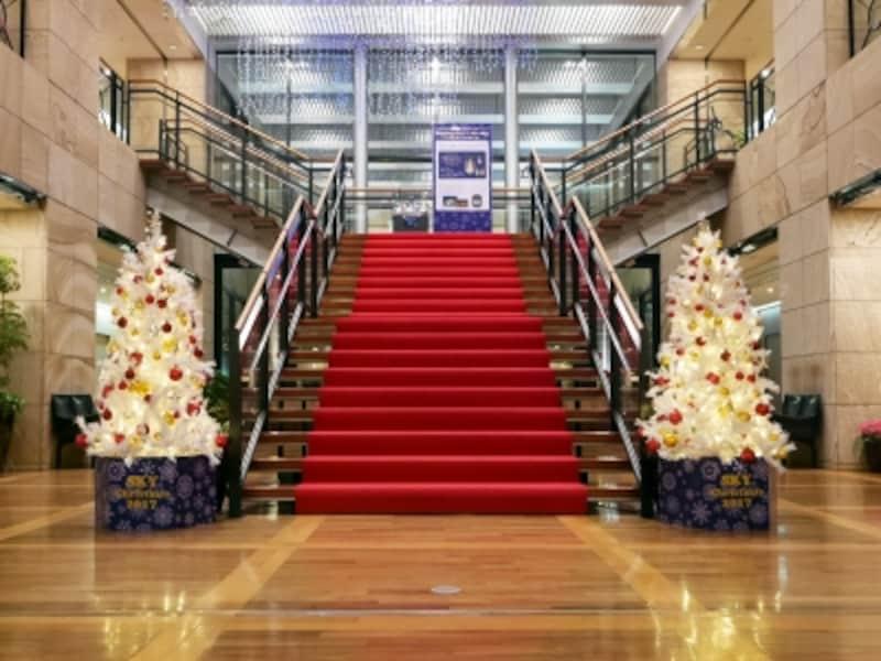 28階の階段にもツリーとアンティークオルゴールの展示が行われています(2017年11月6日撮影)