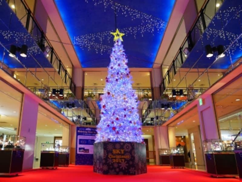 10階中央広場には「星」をコンセプトとしたツリーが登場。30分ごとにイルミネーションショーが行われます(2017年11月6日撮影)