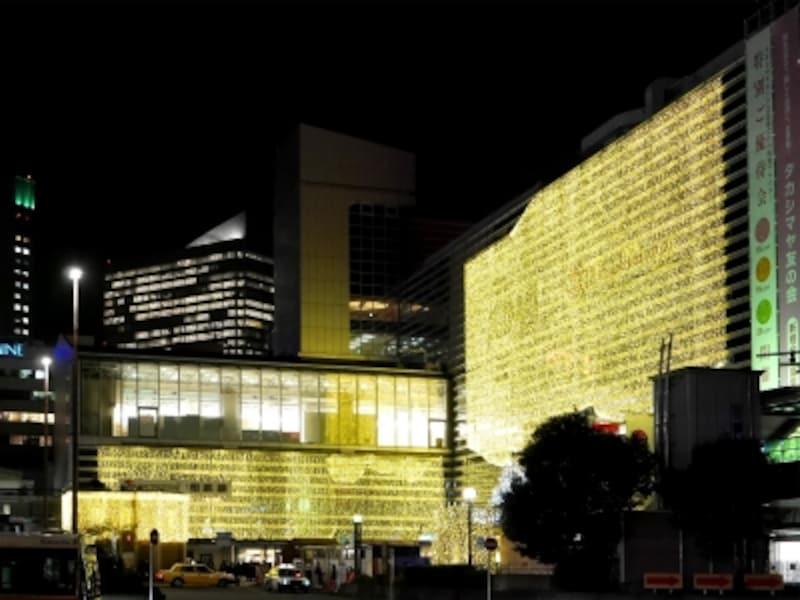 横浜タカシマヤ壁面と相鉄ジョイナス壁面には「光のカーテン」が。音楽に合わせて点滅する時間も(2017年11月15日撮影)