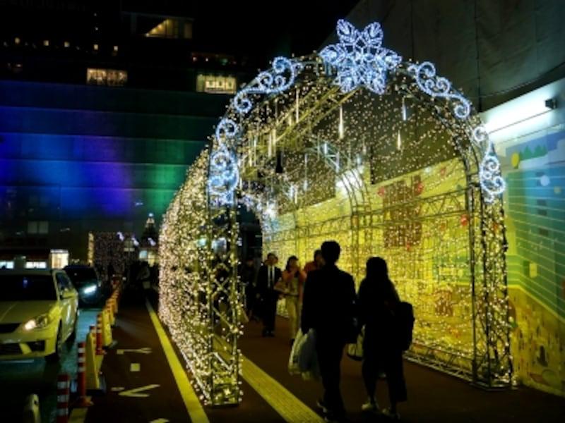 横浜駅西口駅前歩道のイルミネーション「光のアーチ」(2017年11月15日撮影)
