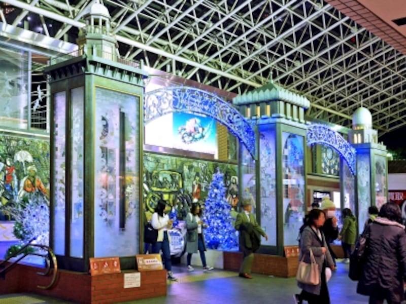 ウェルカムアートゲート「PORTA横濱三塔物語」周辺にブルーとシルバーのウインターイルミネーションが点灯(2017年11月17日撮影)