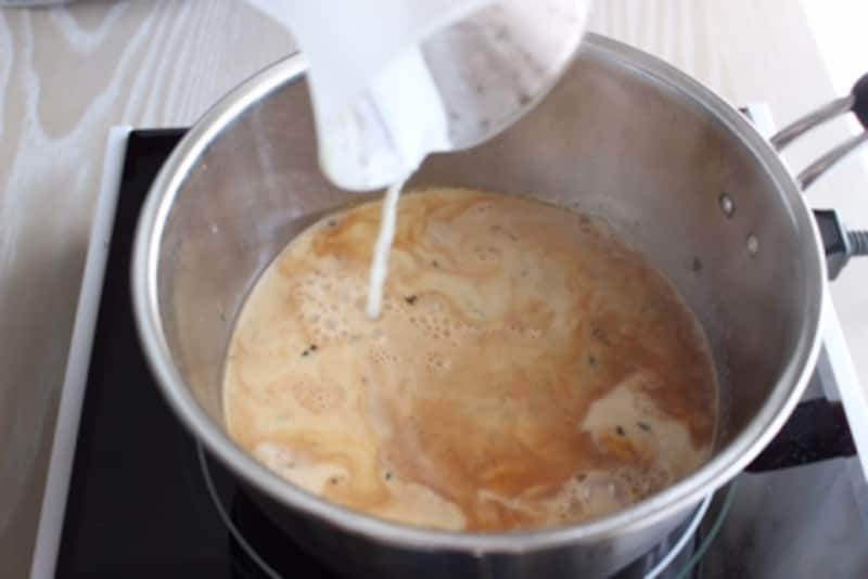 ここでは牛乳を加えたら沸騰する前には火を止めます