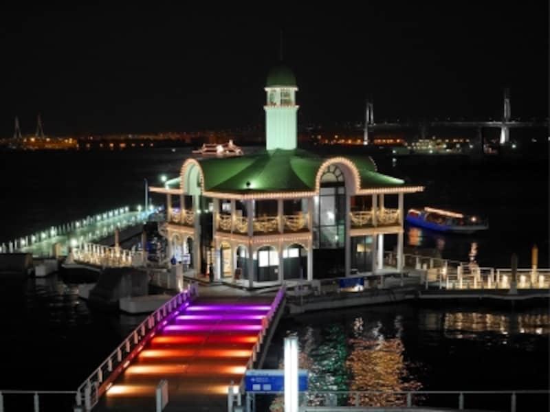 ぷかり桟橋周辺は、ターミナルがシャンパンゴールドに輝き、ウッドデッキが七色に変化(2017年11月5日撮影)