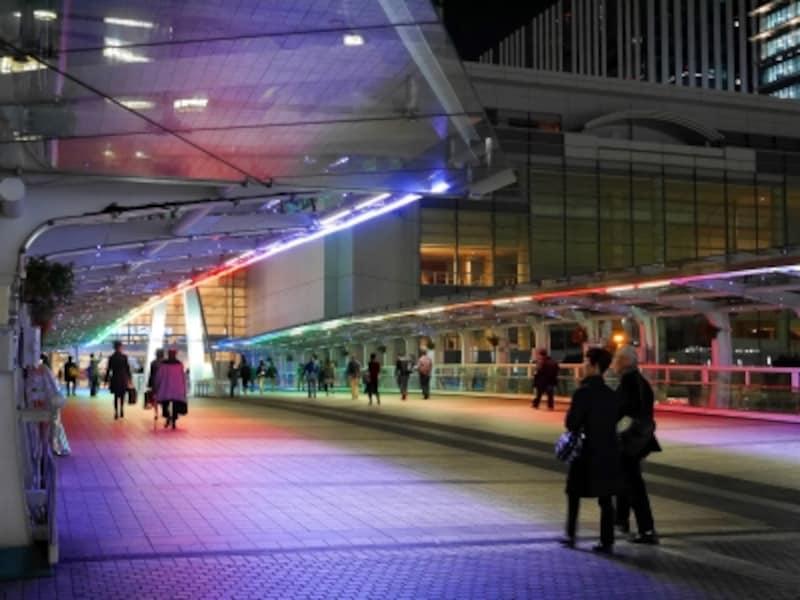 クイーンズスクエア横浜とパシフィコ横浜をつなぐ「クイーンモール橋」もレイボーカラーに変化します(2017年11月5日撮影)