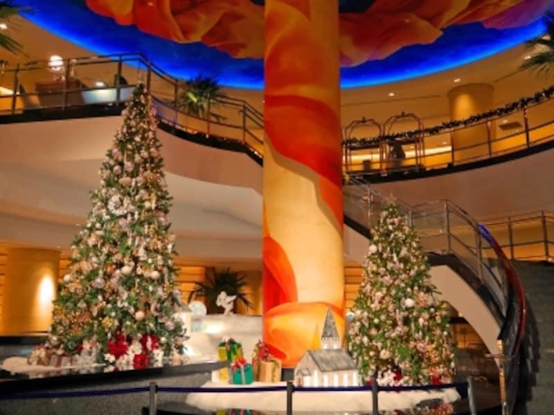 横浜ベイホテル東急のロビーでは大小2本のツリーが輝きます(2017年11月12日撮影)