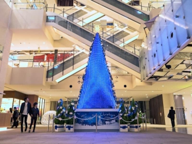 1階グランドガレリアに設置された高さ約8mの「WishingStarChristmasTree」。反対側は星形のオーナメントなどで飾り付けされています(2017年11月7日撮影)