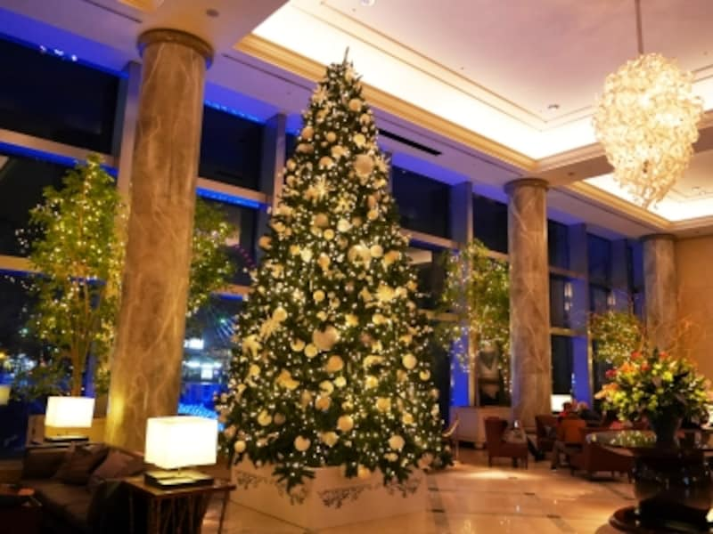 ホテル棟1階ロビーに高さ約6mのラグジュアリーなツリーが登場(2017年11月7日撮影)