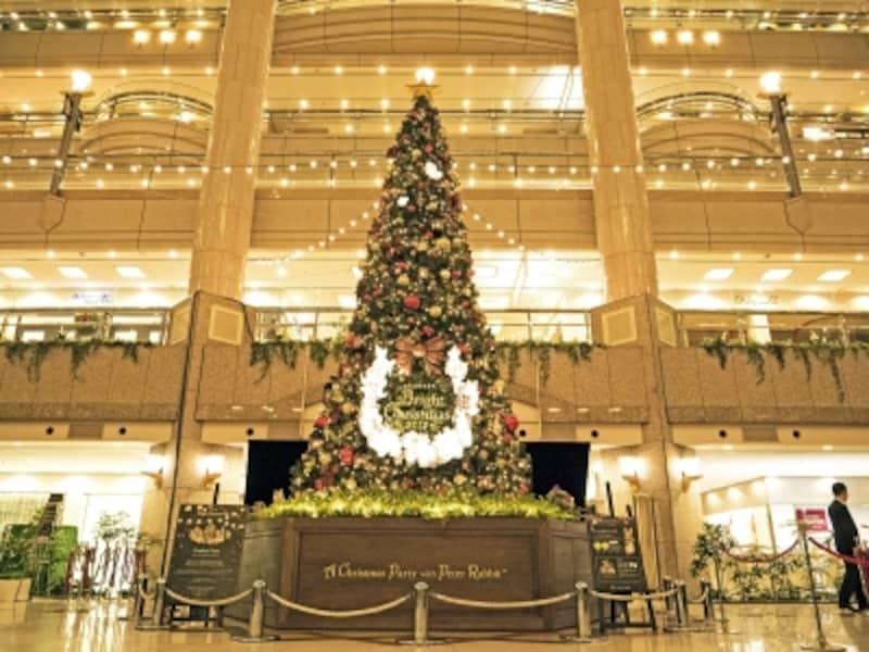 高さ約8mのツリーのテーマは「ピーターラビット」。11:00から30分ごとに音楽とともにツリーが点滅するライトアップが開催されます(2017年11月7日撮影)