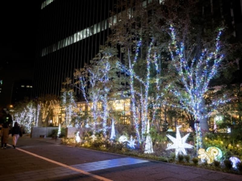 2017年6月にグランドオープンした「横浜野村ビル」。動物たちがお出迎えするにぎやかなイルミネーションが点灯(2017年11月12日撮影)