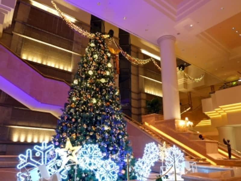 1階ロビーのクリスマスツリーは約6m!(2017年11月19日撮影)
