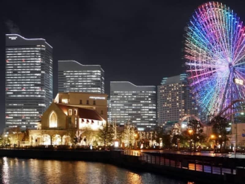 海沿いのプロムナードに、約6万球のLED電球を使用したイルミネーションの並木が続く、アニヴェルセルみなとみらい横浜(2017年11月22日撮影)