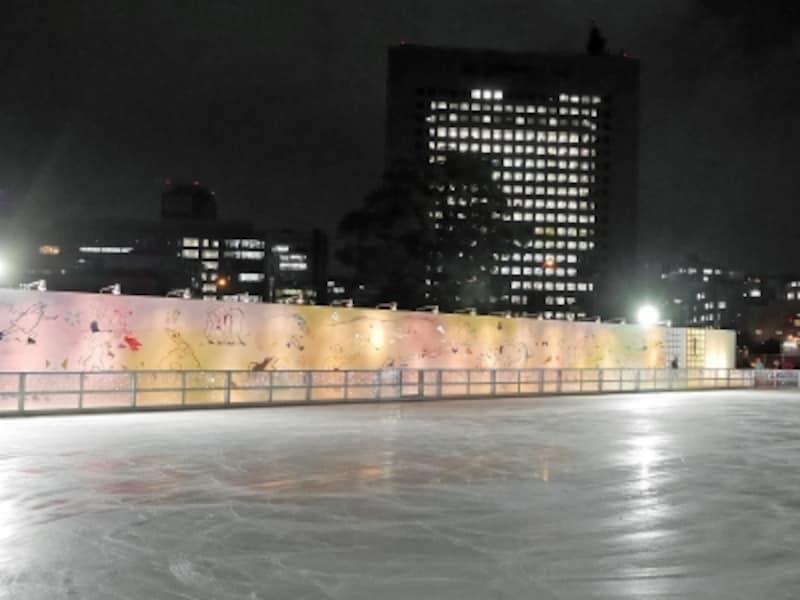 テーマは「氷上戯画」。平安・鎌倉時代に描かれた鳥獣戯画のように擬人化された動物たちと一緒にスケートが楽しめます(2017年12月1日撮影)