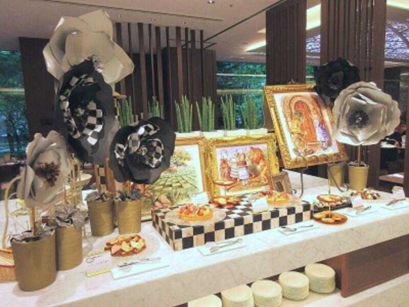 京王プラザホテル奥のデザートのブッフェ台