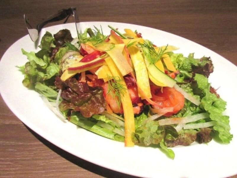 海藻とシーフードのシーザーサラダロメインレタスと野菜のリボンディルドレッシング